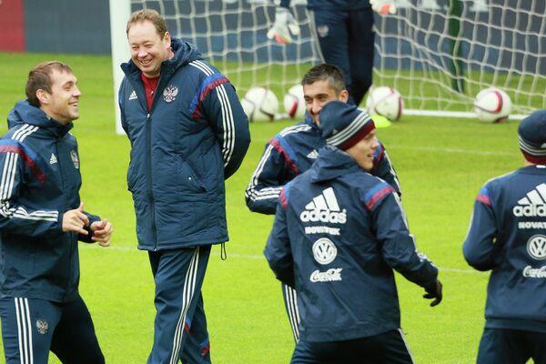 Главный тренер сборной России по футболу Леонид Слуцкий (второй слева)