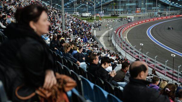 Зрители на трибунах во время Гран-при России Формулы-1