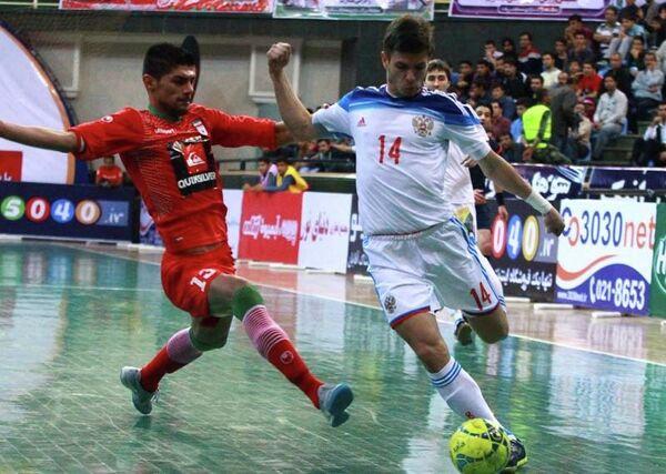 Игровой момент матча по мини-футболу между сборными России и Ирана