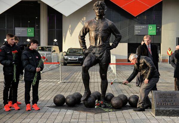футбольный тренер Георгий Ярцев (справа) возлагает цветы к памятнику легендарного футболиста Фёдора Черенкова