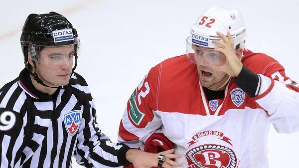 Защитник ХК Витязь Игорь Головков (справа)