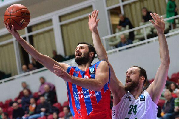 Форварды БК Стяуа Адриан Росу (слева) и БК УНИКС Артурас Милакнис