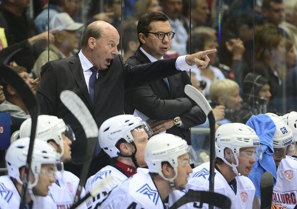 Главный тренер Металлурга Майк Кинэн (слева) и тренер Илья Воробьев