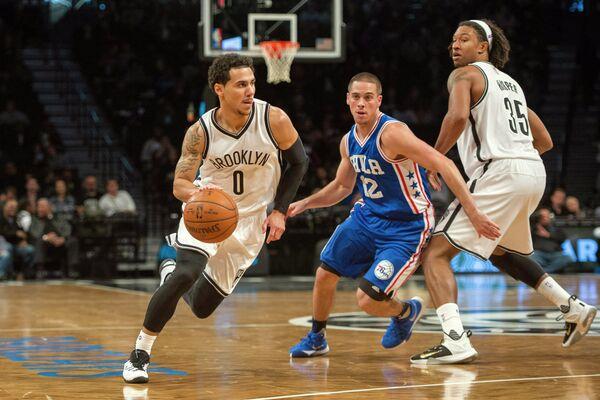 Игровой момент предсезонного матча НБА Бруклин Нетс - Филадельфии Севенти Сиксерс