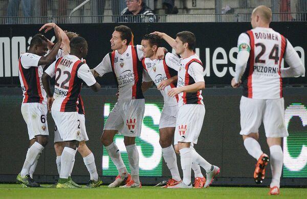 Футболисты Ниццы радуются забитому голу