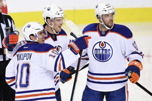 Хоккеисты Эдмонтона, слева - Наиль Якупов