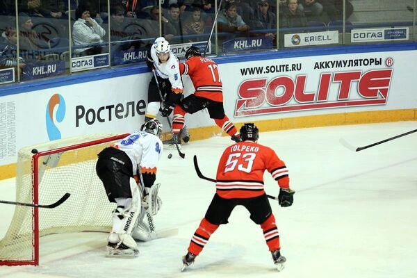 Игровой момент матча КХЛ Амур - Северсталь