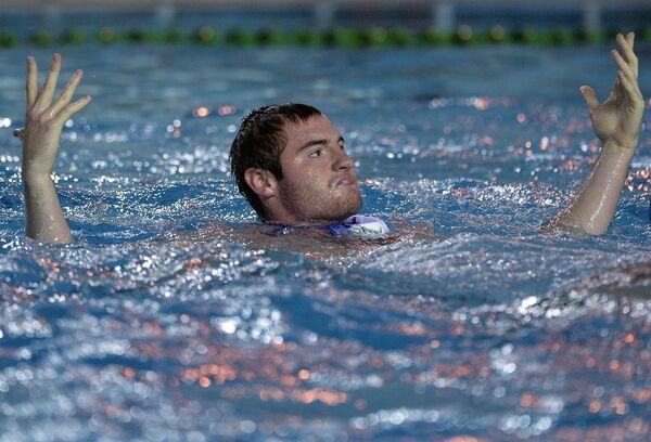 Игрок сборной России по водному поло Андрей Балакирев радуется заброшенному мячу