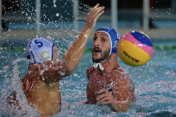 Игрок сборной Италии по водному поло Валентино Галло (справа)