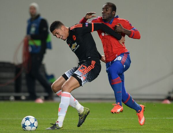 Защитник Манчестер Юнайтед Крис Смоллинг (слева) и форвард ЦСКА Сейду Думбия