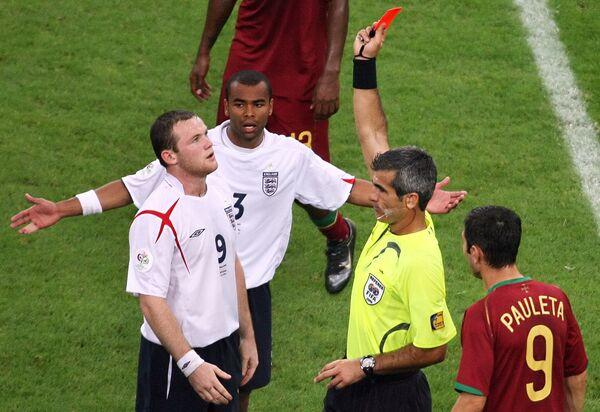 Арбитр Орасио Элизондо показывает красную карточку Уэйну Руни в матче 1/4 финала чемпионата мира по футболу 2006 года Португалия - Англия
