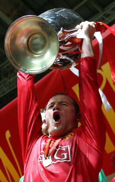 Уэйн Руни с кубком Лиги чемпионов после победы над Челси