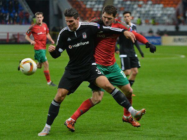 Полузащитник Локомотива Тарас Михалик и нападающий Бешикташа Марио Гомес (в центре справа налево)