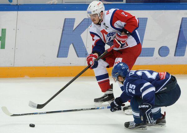 Защитник Локомотива Павел Коледов (слева) и форвард Динамо Ансель Галимов