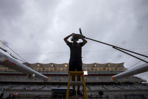 Сотрудник команды Ред Булл во время свободных заездов на Гран-при США в Остине