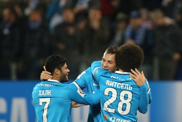 Футболисты Зенита Халк, Артем Дзюба и Аксель Витсель (слева направо) радуются забитому голу