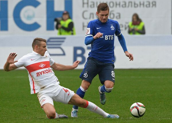 Защитник Спартака Сергей Паршивлюк (слева) и полузащитник Динамо Александр Ташаев
