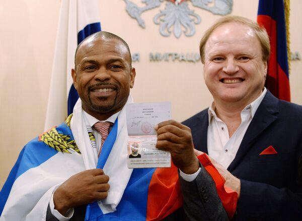 Боксер Рой Джонс-младший (слева), получивший российский паспорт, и промоутер Владимир Хрюнов в отделении Федеральной миграционной службы РФ
