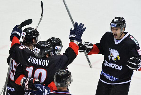 Хоккеисты Трактора Егор Мартынов, Александр Рыбаков, Филип Новак и Максим Якуценя (слева направо) радуются забитому голу