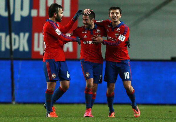 Игроки ПФК ЦСКА Бибрас Натхо, Зоран Тошич, Алан Дзагоев (слева направо) радуются забитому голу