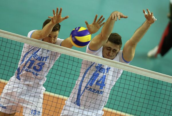 Связующий ВК Зенит-Казань Игорь Кобзарь (слева) и блокирующий Александр Гуцалюк