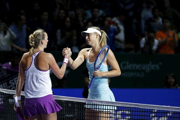 Петра Квитова и Мария Шарапова после окончания полуфинального матча Итогового турнира WTA
