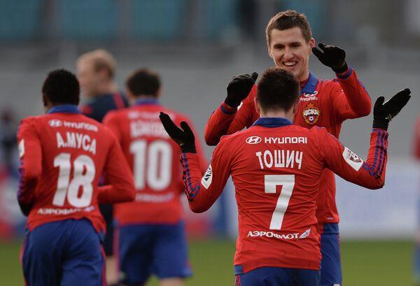 Футболисты ЦСКА Зоран Тошич и Виктор Васин (слева направо на первом плане) радуются забитому голу