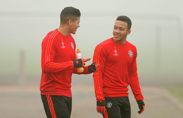 Футболисты Манчестер Юнайтед Маркос Рохо и Мемфис Депай (справа) на тренировке