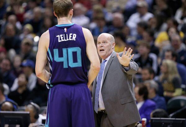 Форвард клуба НБА Шарлотт Хорнетс Коди Зеллер и главный тренер команды Стив Клиффорд (слева направо)