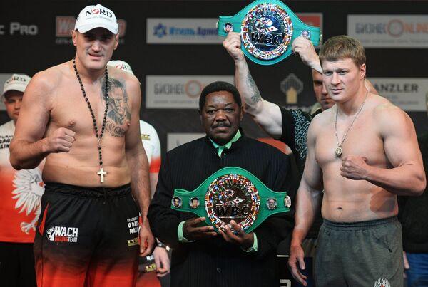 Польский боксер Мариуш Вах (слева) и российский боксер Александр Поветкин (справа)