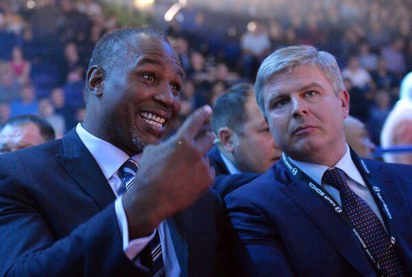 Леннокс Льюис (слева) и Андрей Рябинский на боксерском шоу в Казани