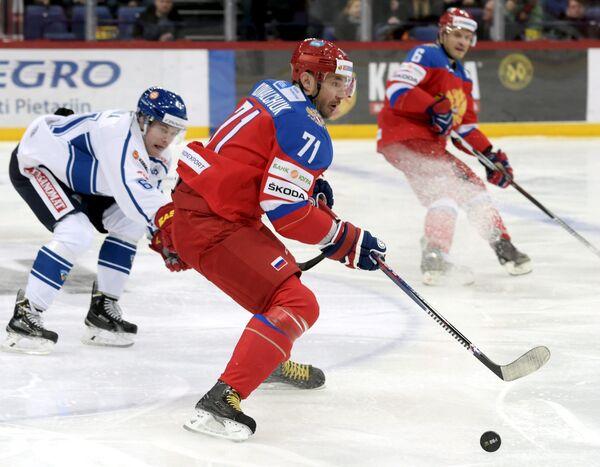 Форвард сборной Финляндии Томми Хухтала и нападающий сборной России по хоккею Илья Ковальчук (справа)