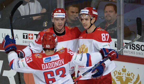 Игроки сборной России Евгений Дадонов, Сергей Мозякин и Вадим Шипачёв (слева направо) радуются заброшенной шайбе