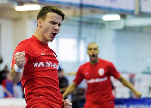 Игроки МФК Сибиряк радуются забитому голу