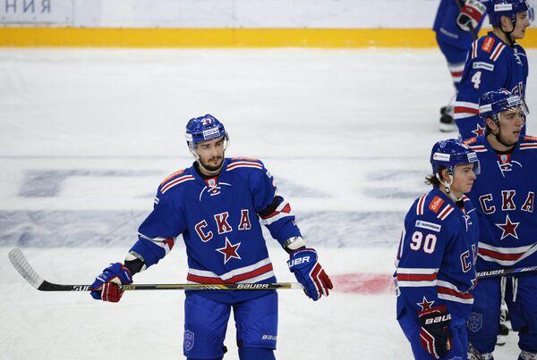 Защитник СКА Вячеслав Войнов (слева)
