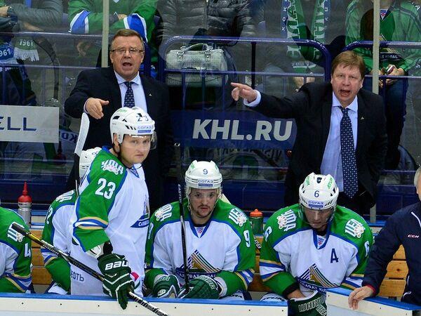Главный тренер ХК Салават Юлаев (слева на заднем плане)