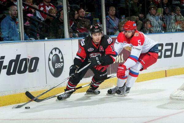 Игровой момент матча суперсерии между хоккеистами молодежной сборной России (игроки не старше 20 лет) и сборной канадской Западной хоккейной лиги (WHL)