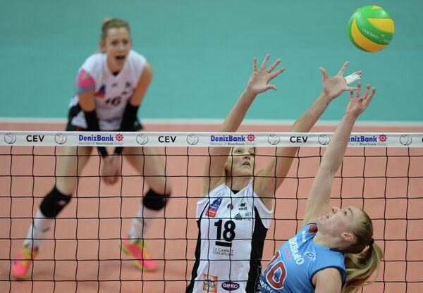 Связующая ВК Динамо Екатерина Косьяненко (справа), блокирующая ВК Рошвилль Марина Замбелли