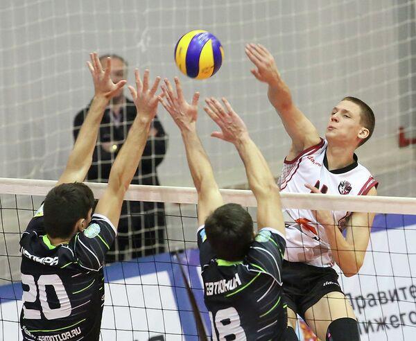 Игровой момент матча чемпионата России по волейболу между Нижним Новгородом и Югра-Самотлор