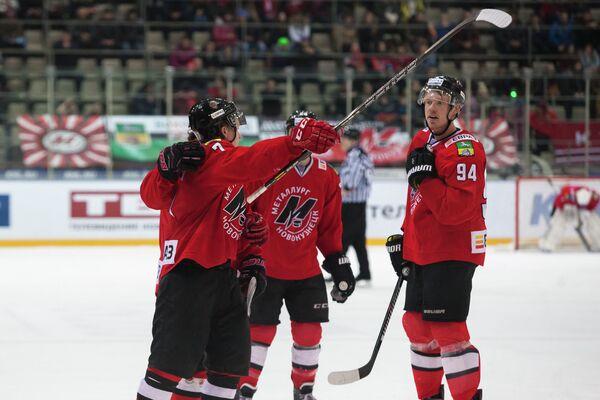 Игроки ХК Металлург (Новокузнецк) радуются заброшенной шайбе