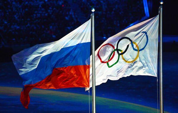 Поднятие российского флага во время церемонии закрытия Олимпийских игр