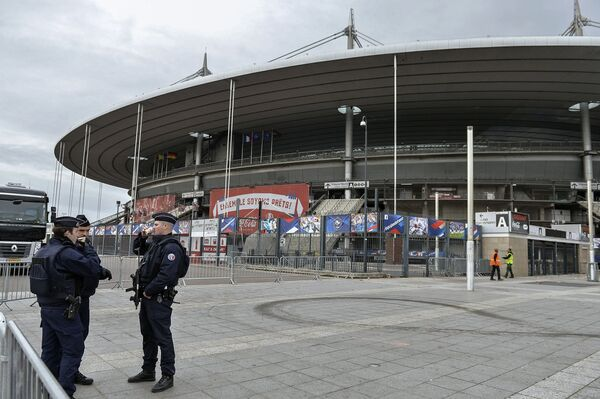Сотрудники полиции у стадиона Стад де Франс в пригороде Парижа Сен-Дени