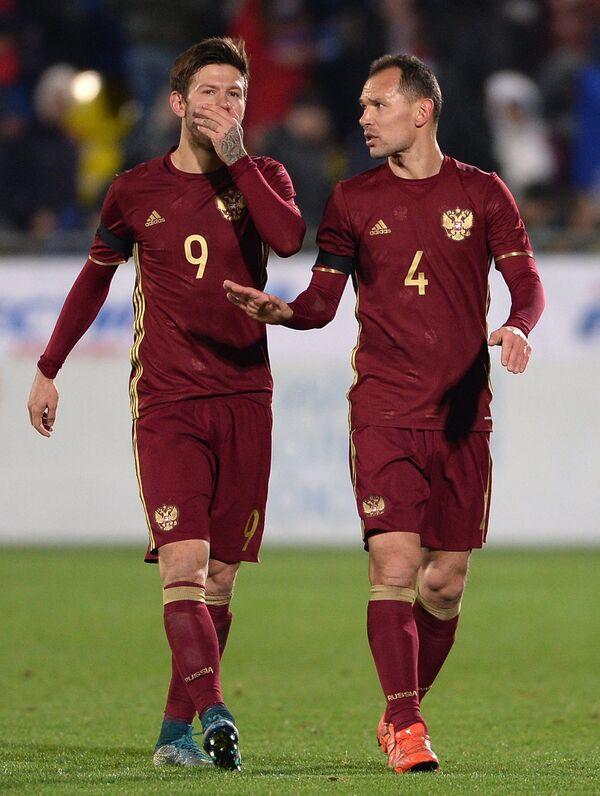 Игроки сборной России Фёдор Смолов и Сергей Игнашевич (справа)