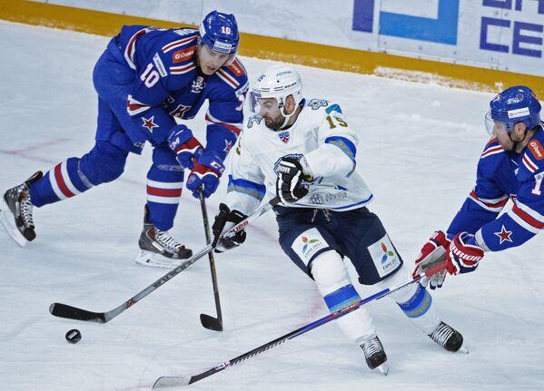 Нападающий СКА Юаким Линдстрём, нападающий Барыса Максим Худяков и нападающий СКА Илья Ковальчук (слева направо)