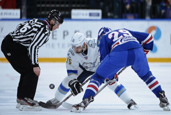 Нападающий Барыса Максим Худяков (в центре) и нападающий СКА Илья Каблуков
