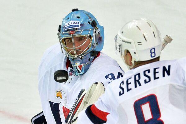 Вратарь ХК Слован Майкл Гарнетт (слева) и защитник ХК Слован Михал Серсен