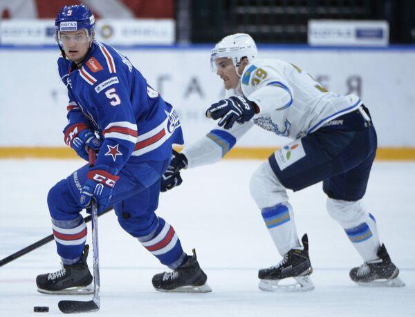 Защитник СКА Роман Рукавишников (слева) и защитник Барыса Майк Ландин