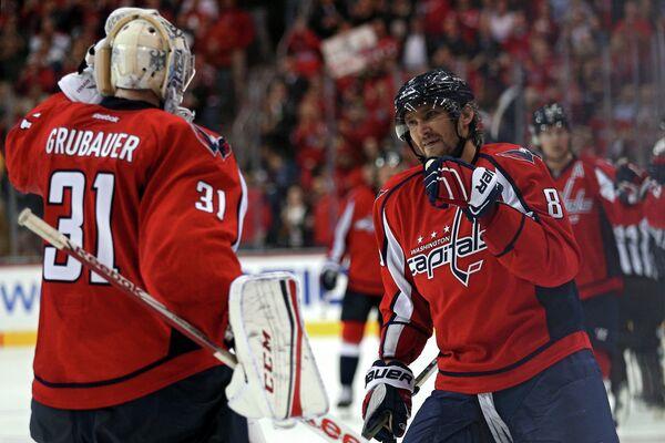 Форвард клуба НХЛ Вашингтон Кэпиталз Александр Овечкин (справа)