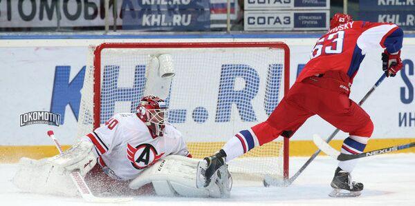 Игровой момент матча КХЛ между Локомотивом и Автомобилистом