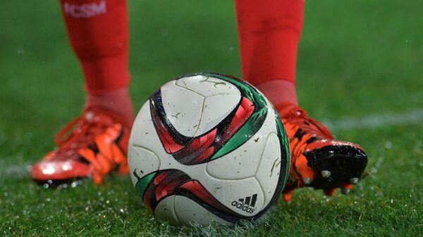 Футбольный мяч в матче 16-го тура чемпионата России по футболу